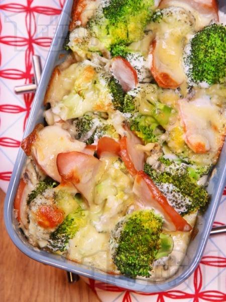 Броколи на фурна с пушено пуешко филе, синьо сирене, сметана и кашкавал - снимка на рецептата